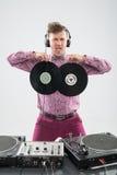 DJ, das Spaß mit Vinylaufzeichnung hat Stockfoto