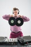 DJ, das Spaß mit Vinylaufzeichnung hat Lizenzfreies Stockfoto