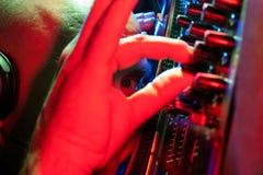 DJ dat door zijn hand kraalvormige eyed kijkt royalty-vrije stock fotografie