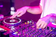 DJ dat muziek mengt stock foto's