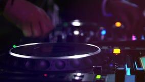 DJ in de partij stock video