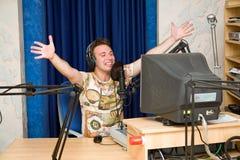 DJ de rádio de sorriso. Imagens de Stock Royalty Free