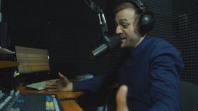 DJ de radio sirve interior en el estudio de radio metrajes