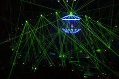 DJ in den Laserstrahlen Stockbilder