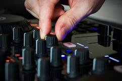 DJ in der Arbeit mit seinem Musikinstrument stockbilder