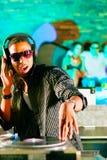 DJ in der Disco schlagen mit einer Keule, drängen Hintergrund Lizenzfreie Stockbilder