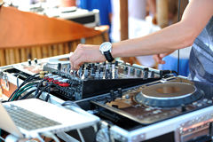 DJ in der Mischung stockbilder