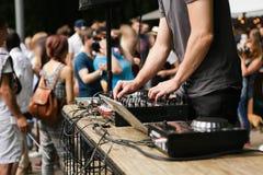 DJ an der Stadt angemessen lizenzfreie stockbilder