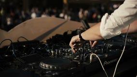 DJ in der weißen Klage, die auf den Drehscheiben spielt stock video footage