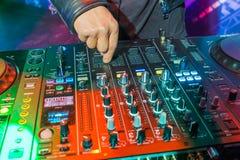 DJ die het spoor in de nachtclub spelen - Mevrouw Tussauds Museum Stock Foto's