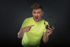 DJ die zijn hoofdtelefoons houden Stock Foto