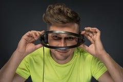 DJ die zijn hoofdtelefoons houden Royalty-vrije Stock Foto's