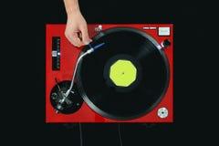 DJ-Drehscheibe, die Musik mit der Hand spielt Stockfotografie