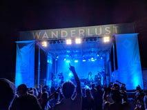 DJ Drez en de Goede Verbrijzeling presteren op stadium tijdens een avond concer stock fotografie