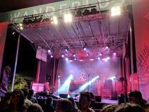 DJ Drez presteert op stadium tijdens een avondoverleg royalty-vrije stock afbeelding