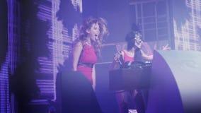Dj dziewczyna i mc dziewczyna w zając masce tanczymy przy turntable na przyjęciu w klubie nocnym bluza zdjęcie wideo