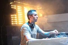 DJ Eddie Halliwell se realiza en el festival urbano de la onda el 16 de abril de 2011 en Minsk, Bielorrusia Foto de archivo libre de regalías