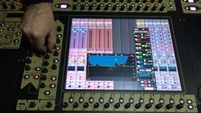 DJ electrónico juega la música en la consola de mezcla en el club de la playa almacen de video