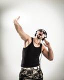 DJ emocional y carismático - el golpeador en auriculares toma el ra Imágenes de archivo libres de regalías