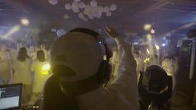 DJ en club de noche almacen de metraje de vídeo