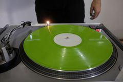 DJ en consola fotos de archivo