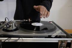 DJ en consola imagen de archivo