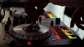 DJ en el hd de la consola almacen de metraje de vídeo