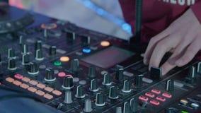 DJ en el partido almacen de metraje de vídeo