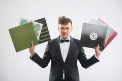 DJ en el smoking que muestra sus discos de vinilo que hacen una pausa Fotografía de archivo
