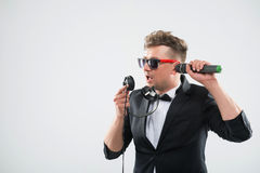 DJ en el smoking que se divierte que habla en los auriculares Imagenes de archivo