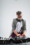 DJ en el trabajo aislado en el fondo blanco Fotos de archivo