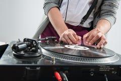 DJ en el trabajo aislado en el fondo blanco Imagenes de archivo