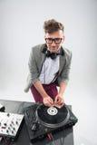 DJ en el trabajo aislado en el fondo blanco Imagen de archivo