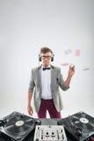 DJ en el trabajo aislado en el fondo blanco Foto de archivo