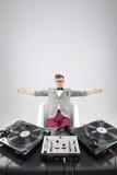 DJ en el trabajo en el baño aislado en el fondo blanco Imagen de archivo