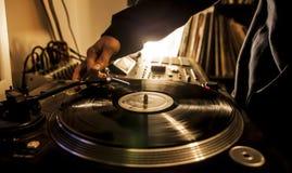 DJ en estudio con la placa giratoria Imágenes de archivo libres de regalías