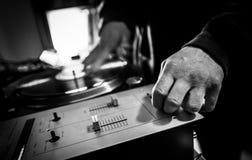 DJ en estudio con la placa giratoria y el mezclador Fotografía de archivo libre de regalías