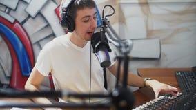 DJ en las difusiones de la estación de radio vive almacen de metraje de vídeo