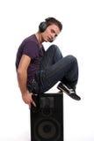 DJ en los auriculares que se colocan en un altavoz Imagenes de archivo