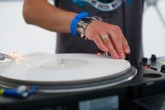 DJ en una placa giratoria Imágenes de archivo libres de regalías