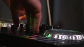 DJ está haciendo girar el disco en el equipo almacen de video
