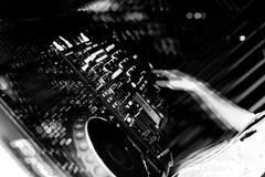DJ fährt Knöpfe in Schwarzweiss Stockfoto