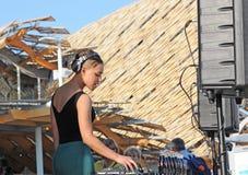 DJ fêmea na expo 2015 do local em Milão, Itália Foto de Stock Royalty Free
