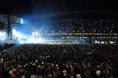 DJ führt eine Live-Show auf dem Stadium durch Stockbilder