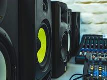 Dj fachowi audio mówcy w studiu Obraz Stock