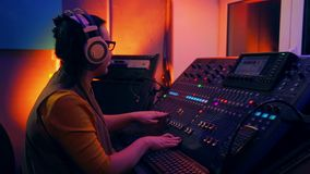 DJ femenino en las pistas de mezcla de mezcla de la consola al disco almacen de metraje de vídeo