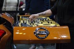 DJ femenino que juega música en la parte de atrás de Nissan en CAS19 imágenes de archivo libres de regalías