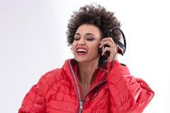 DJ femenino que presenta en rojo Imagenes de archivo