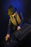 DJ-Frau, die Musik durch mikser spielt Stockfoto