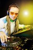 DJ-Frau, die Musik durch Mischer spielt Stockfoto